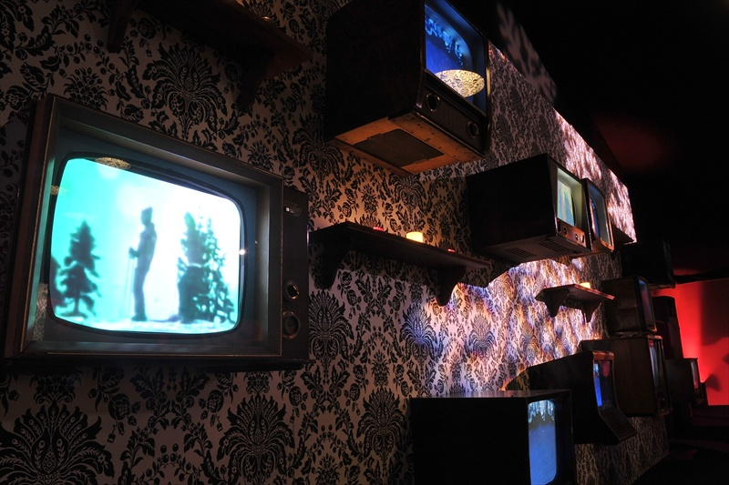 retro-vintage-television-wall